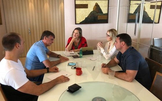 Jair Bolsonaro ouve conselhos da jornalista Joice Hasselmann (Foto: Reprodução)