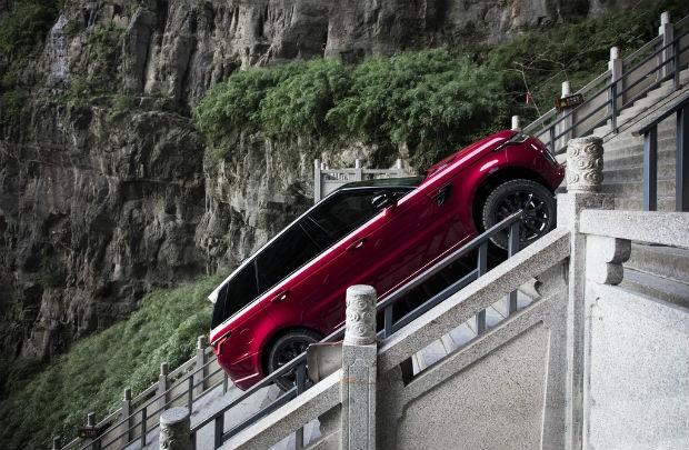 Range Rover Sport encara 999 degraus (Foto: Divulgação)