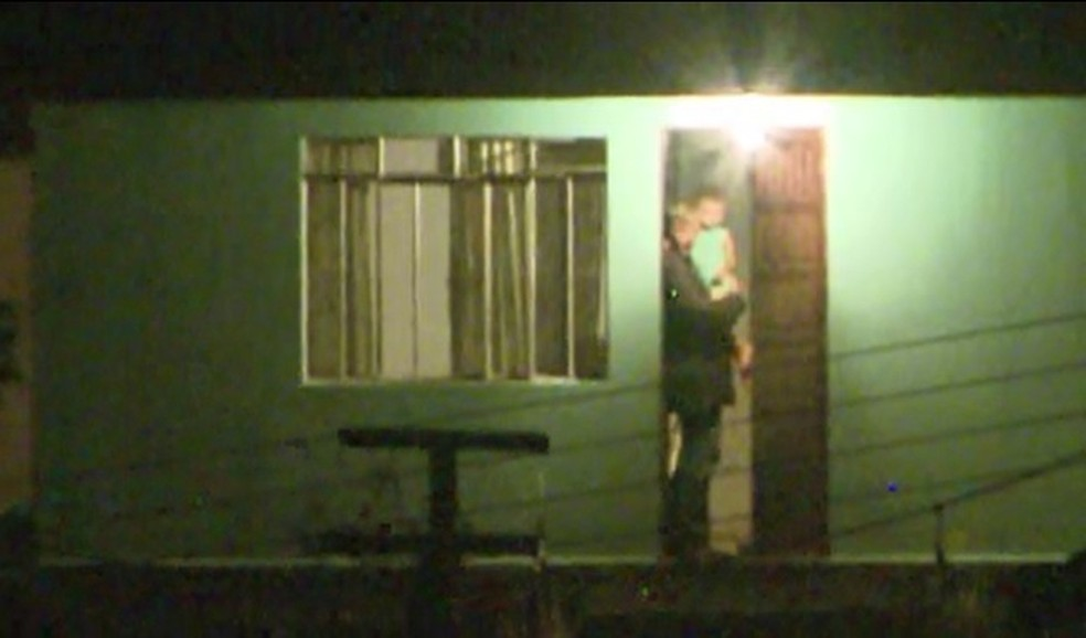 Pai se entregou com o filho no colo após 17 horas de negociações em Curitiba — Foto: Reprodução/RPC