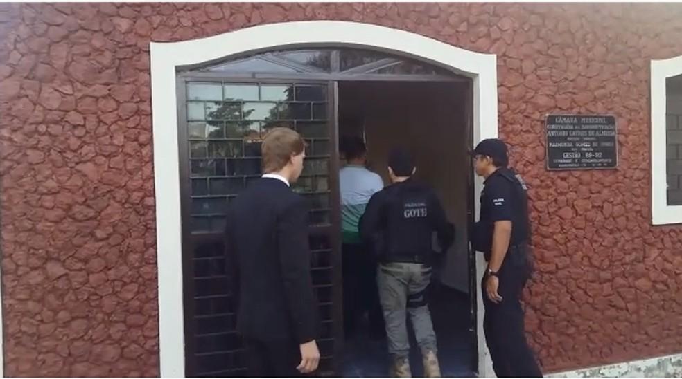 Mandados de busca estão sendo cumpridos na Câmara de Vereadores de Augustinópolis — Foto: Reprodução/TV Anhanguera