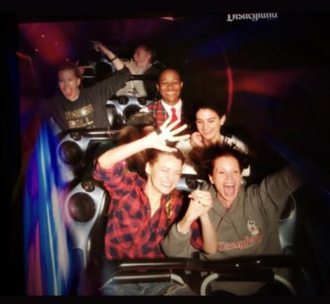A atriz Blake Lively em uma montanha-russa na Disney (Foto: Instagram)
