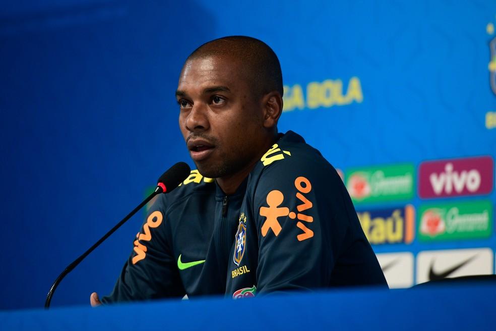 Fernandinho na entrevista coletiva da seleção brasileira — Foto: Pedro Martins / MoWA Press
