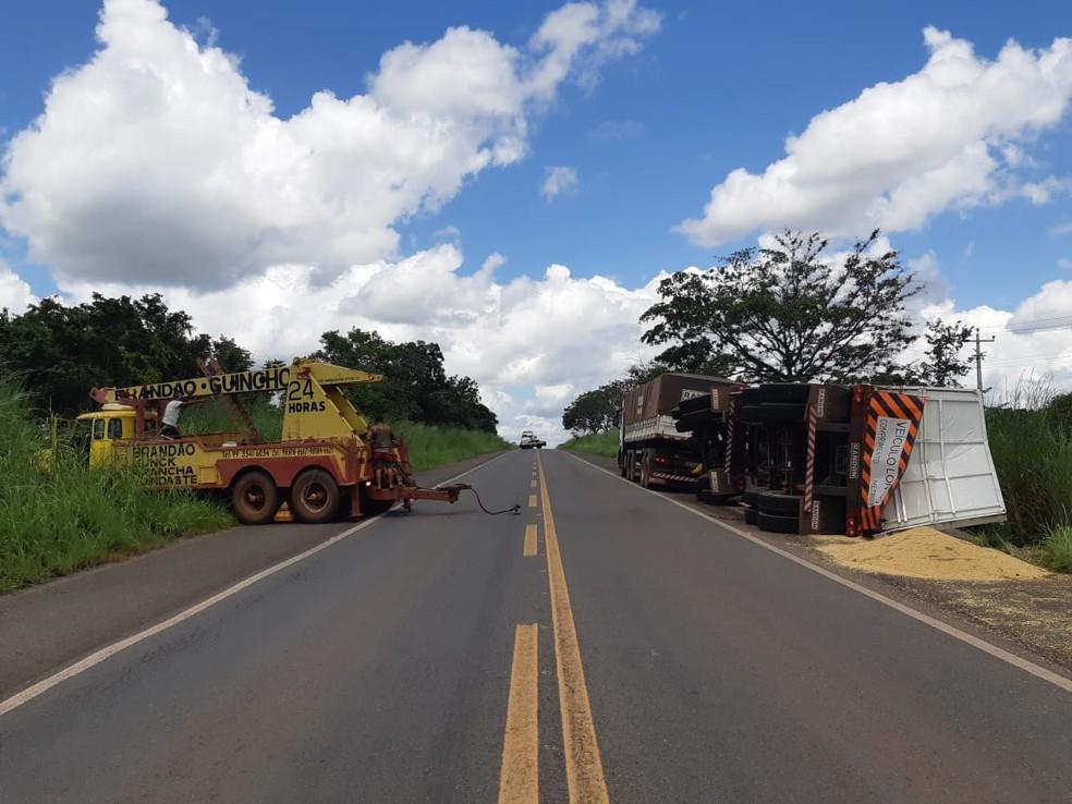 PRF registra furto de carga, infrações de trânsito e destombamento de carreta no Maranhão — Foto: Divulgação/PRF.