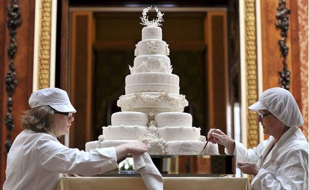 Confeiteiros fazem últimos ajustes no bolo oficial do casamento de William e Kate, em 2011 (Foto: Reuters)