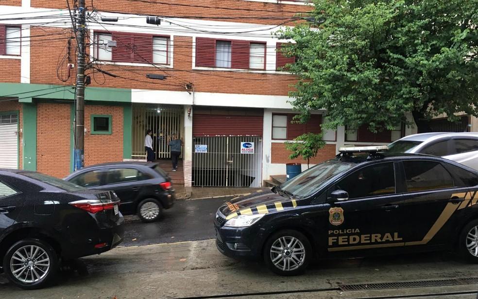 Operação Cinderela cumpre mandado em edifício na Rua Rui Barbosa em Ribeirão Preto — Foto: Michele Souza/CBN Ribeirão
