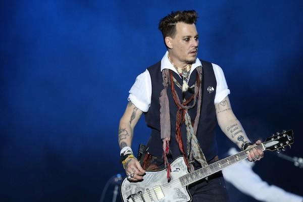 O ator Johnny Depp durante show recente de sua banda na Europa (Foto: Getty Images)
