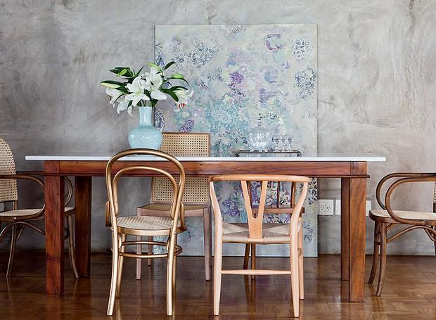O cimento queimado das paredes ganha o aconchego da madeira presente nas cadeiras desparceiradas. Projeto da arquiteta Fernanda Neiva (Foto: Lufe Gomes/Casa e Jardim)