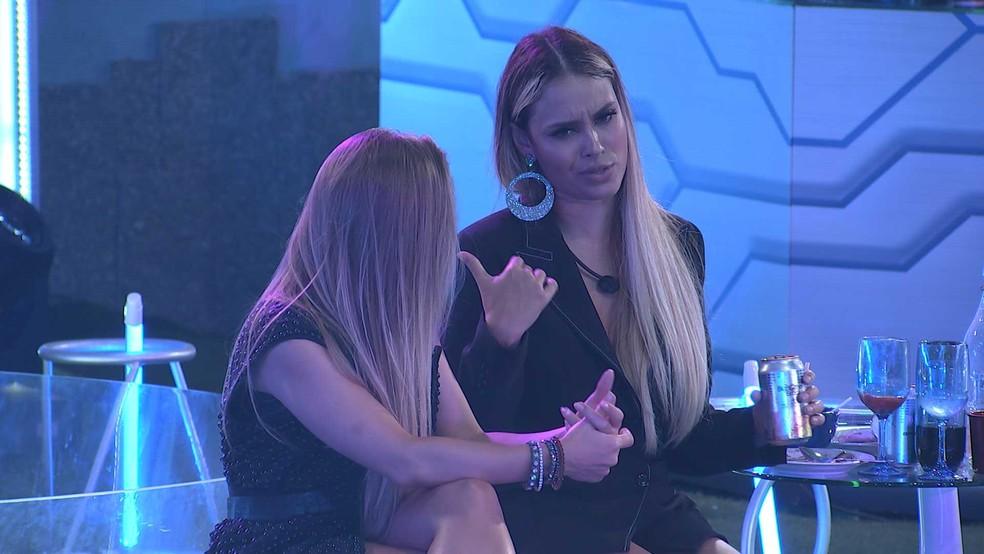 Sarah e Carla Diaz conversam na Festa da Líder Karol Conká — Foto: Globo