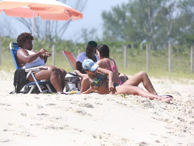 Anitta curte praia com Jojo Todynho  (Foto: Dilson Silva/AgNews)