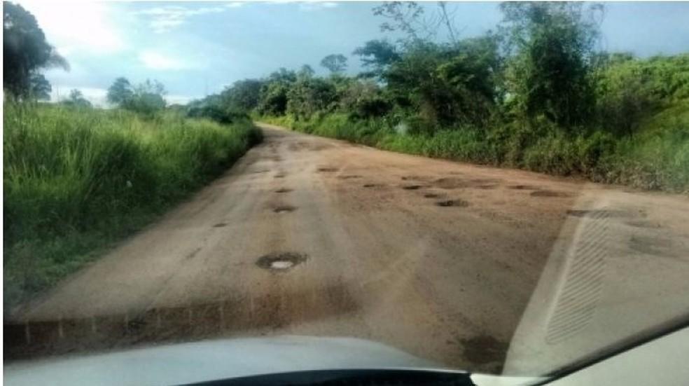 Trecho de 12 km entre Jauru e Figueirópolis D'Oeste apresenta inúmeras crateras, segundo o MP-MT (Foto: Rádio 14 de Maio FM)