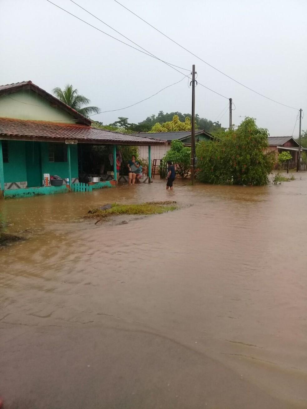 Casas foram alagadas durante esta quinta-feira (22) (Foto: Rones Oliveira/Arquivo Pessoal)