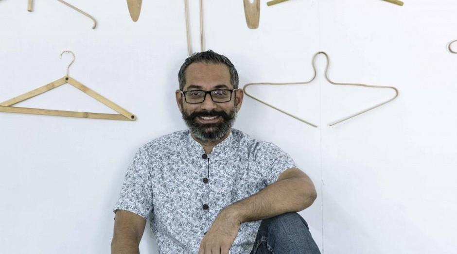 O designer Pravinsinh K. Solanki usa o bambu para mudar o conceito dos cabides (Foto: Reprodução)