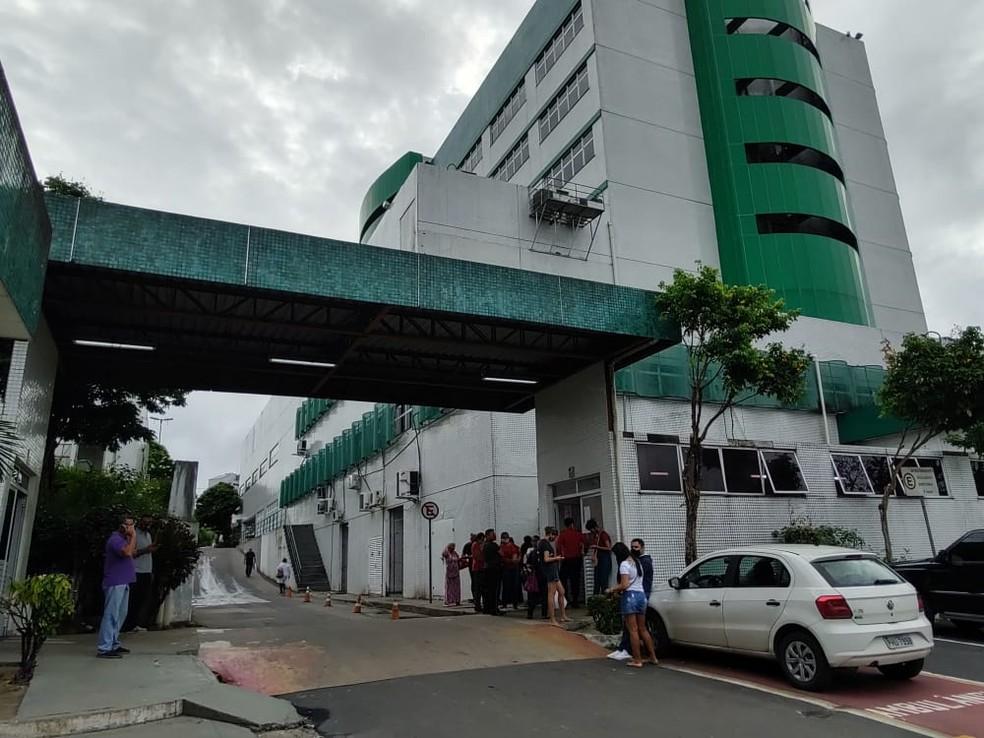 Pessoas se aglomeram na porta do hospital 28 de Agosto, em Manaus — Foto: Eliana Nascimento/G1