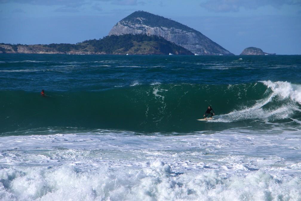 Surfista aproveita a ressaca em Ipanema — Foto: José Raphael Berrêdo/G1