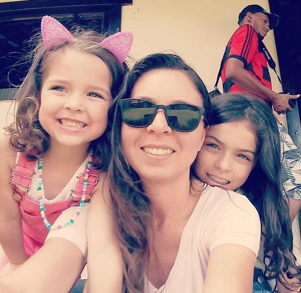 Aline com as filhas Esther, de 5 anos e Elis, atualmente com 9 anos. — Foto: Reprodução / Redes Sociais