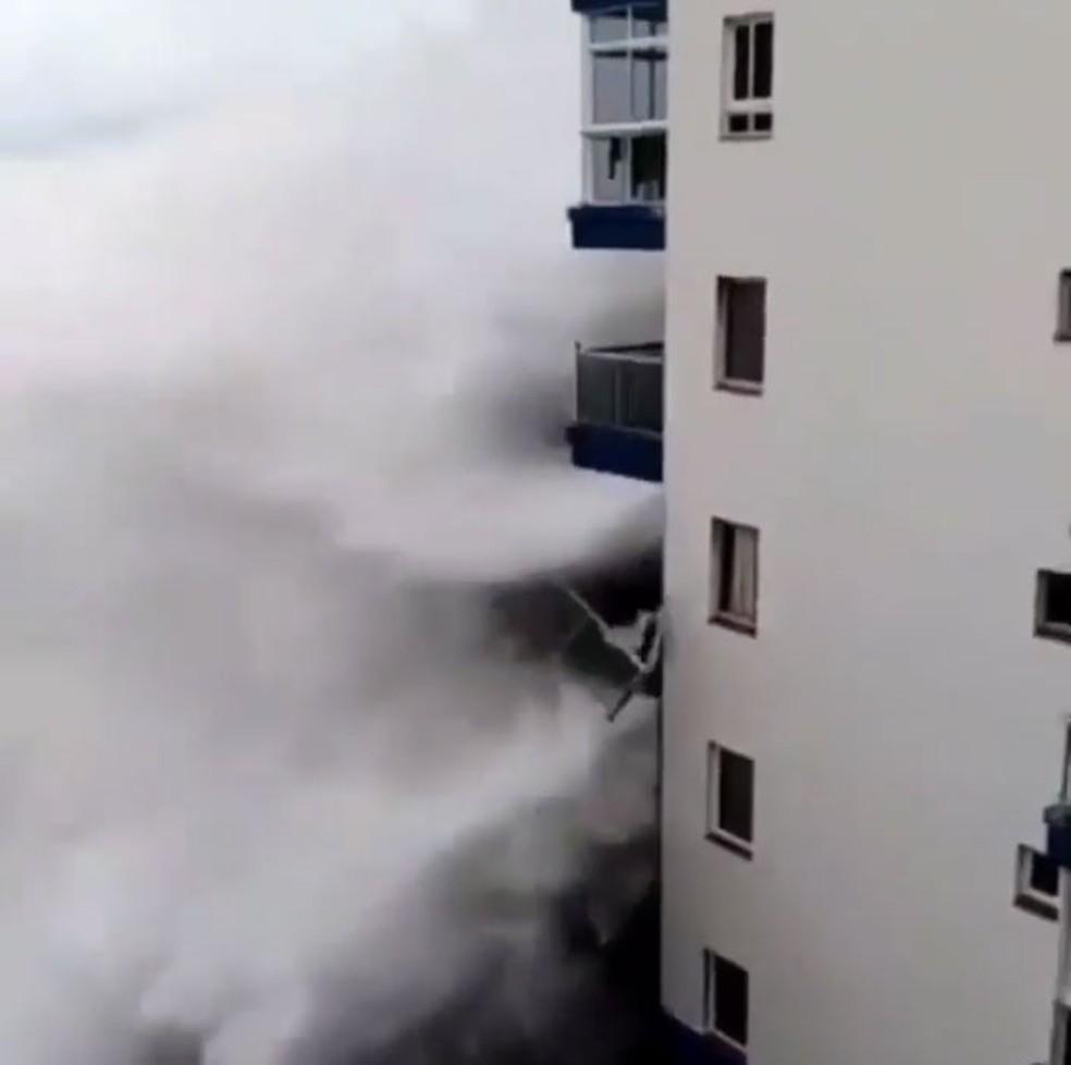 Ondas batem contra prédio e derrubam varandas nas Canárias — Foto: Reprodução/Instagram/Carlos Burle