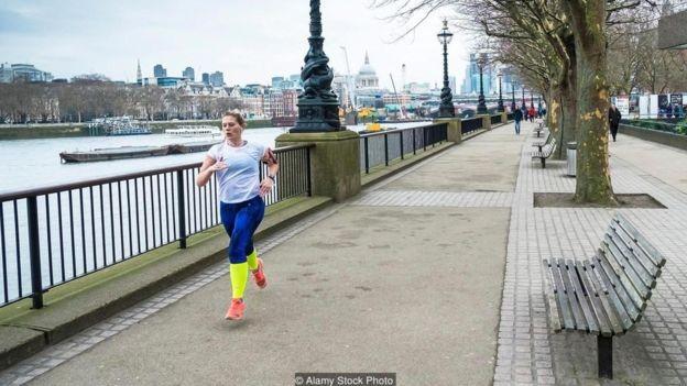 Correr ou caminhar em volta do quarteirão no horário de almoço é uma boa maneira de se exercitar (Foto: ALAMY STOCK PHOTO via BBC)