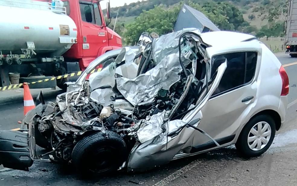 Acidente envolvendo carro e carreta mata duas pessoas na BR-110, na região metropolitana de Salvador â?? Foto: Arquivo pessoal