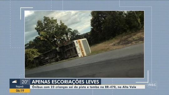 Crianças ficam feridas após ônibus escolar tombar na BR-470 em Pouso Redondo