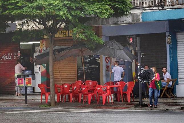 Em Belo Horizonte, o prefeito fechou bares e restaurantes no fim de semana de Carnaval. Medida excessiva ou sensata?