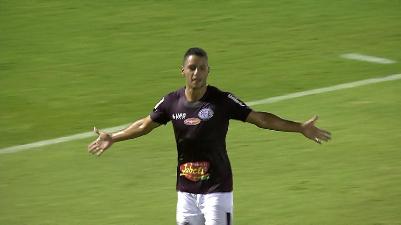 Gol da Ferroviária! Claudinho cruza, zaga afasta mal e Felipe Ferreira aparece para abrir o placar, aos 26' do 1º tempo