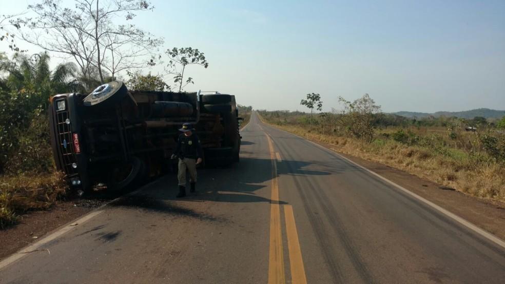 Caminhou tombou na BR-364 por causa de buracos (Foto: PRF/Divulgação)