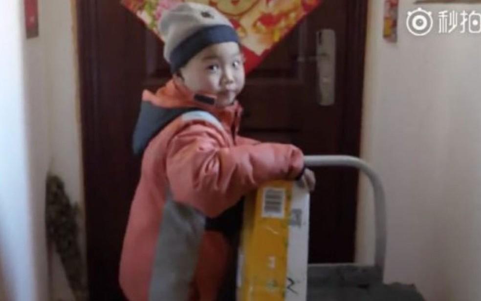 Apelidado de 'Pequeno Li', garoto ficou órfão após seu pai morrer e sua mãe se casar novamente (Foto: Reprodução/Pear Video)