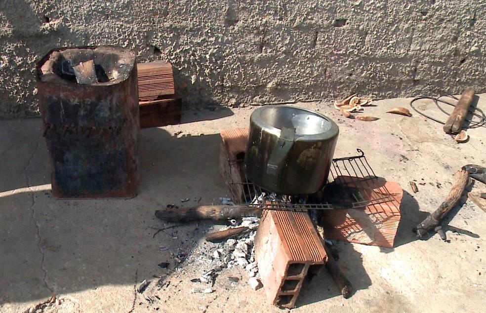 Famílias de baixa renda improvisam fogareiros após aumento de preços do gás de cozinha no Piauí — Foto: Reprodução/TV Clube