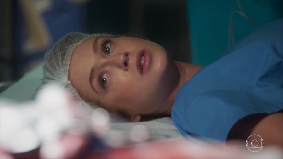 Eliza (Marina Ruy Barbosa) tenta salvar a vida de Jonatas (Felipe Simas) — Foto: TV Globo