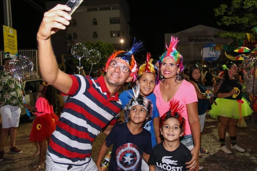 Foliões investem em fantasias criativas para curtir o segundo dia do carnaval de Petrolina