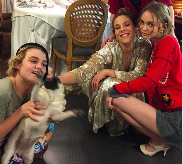 Os dois filhos de Johnny Depp e Vanessa Paradis, Jack e Lily-Rose, com uma tia dos dois (Foto: Instagram)