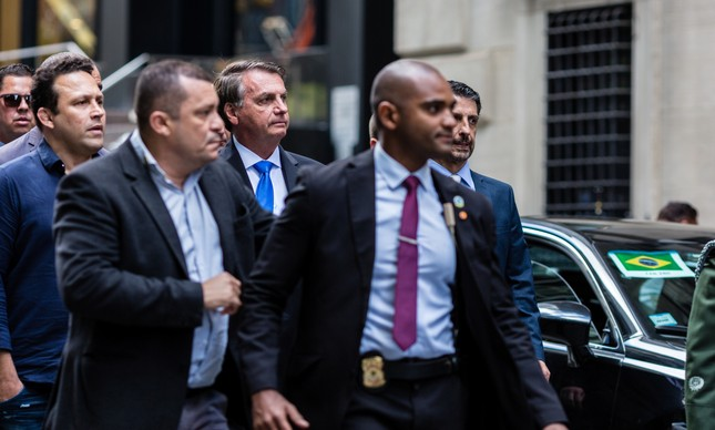 Acompanhado pela segurança presidencial, Jair Bolsonaro deixa hotel onde está hospdedado em Nova York