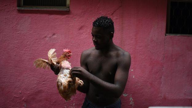 Cerca de 50 famílias de congoleses moram no bairro Cinco Bocas e costumam se reunir nos fins de semana nos cultos de uma igreja evangélica (Foto: Fabio Teixeira/BBC News Brasil)