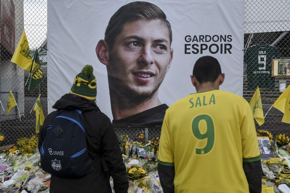 Torcedores do Nantes, ex-clube de Emiliano Sala, prestam homenagem ao jogador — Foto: AFP