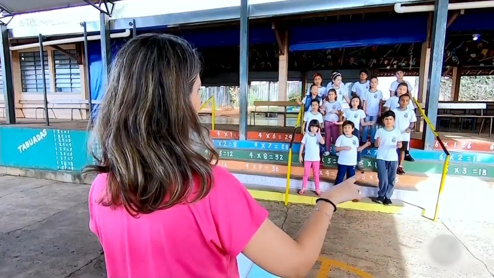 Professora criou um coral para alunos de escola em Santa Adélia  — Foto: Reprodução/TV TEM