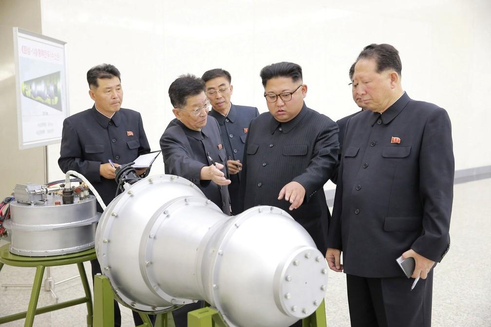 Kim Jong-Un inspeciona suposta bomba de hidrogênio em foto divulgada no sábado (2)  (Foto: KCNA via REUTERS)