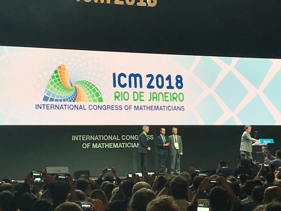Caucher Birkar recebe a medalha Fields pela segunda vez no Rio de Janeiro (Foto: Gabriela Bridi/ GloboNews)