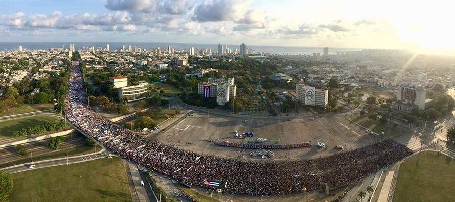 Em Havana, milhares de pessoas participaram do desfile pelo Dia do Trabalho (Foto: Leysi Rubio/ Cubadebate/Fotos Públicas)