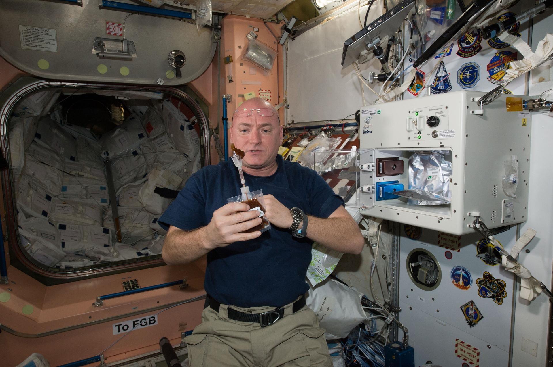 Astronauta Scott Kelly toma uma bebida feita na ISSpresso, máquina que faz café e caldos (Foto: NASA)