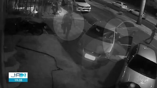 Após briga, cliente de bar tenta atropelar segurança, que atira contra o veículo, em Itumbiara; vídeo