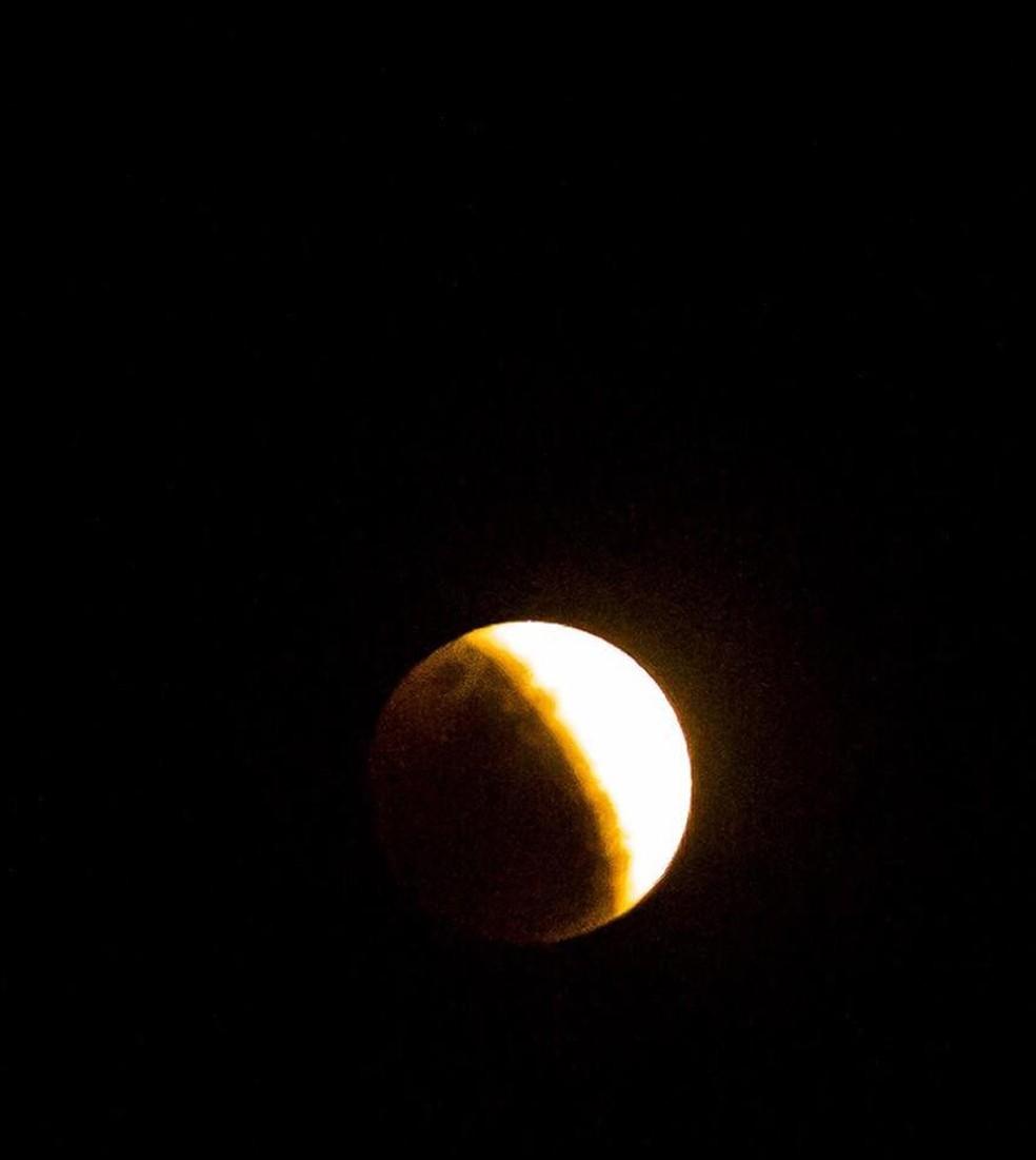 Eclipse parcial da Lua visto de Palhoça, Grande Florianópolis. — Foto: Adriel Douglas/Arquivo pessoal