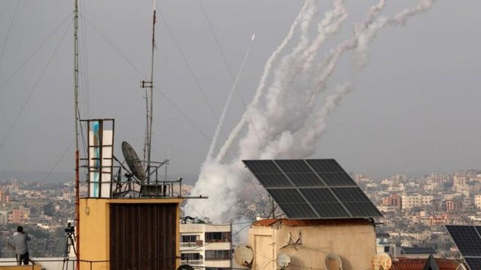 Israel afirma que mais de mil foguetes foram lançados a partir de Gaza desde a noite de segunda — Foto: Reuters/Via BBC