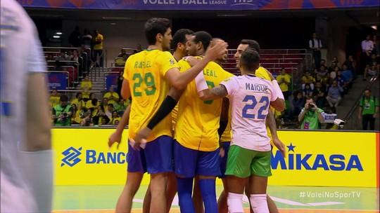 Classificado às finais mesmo antes de entrar em quadra, Brasil se impõe e vence a França de virada