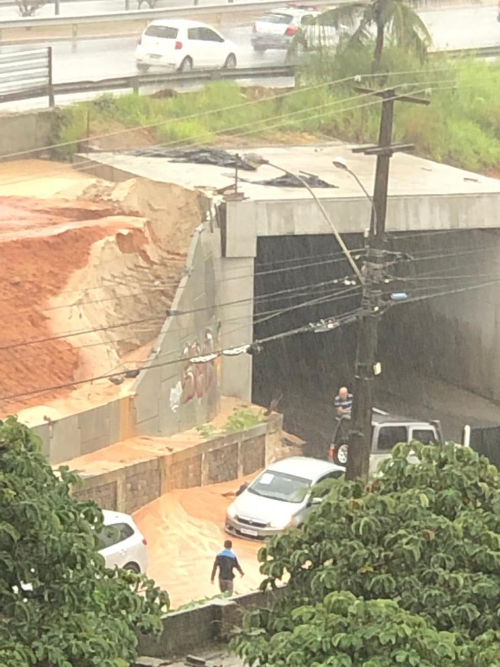 Terra cede ao lado de túnel de Neópolis, próximo a supermercado atacadista, na Zona Sul de Natal — Foto: Redes sociais