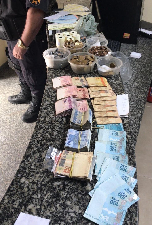 Policiais também apreenderam dinheiro  (Foto: Divulgação/Polícia Militar)