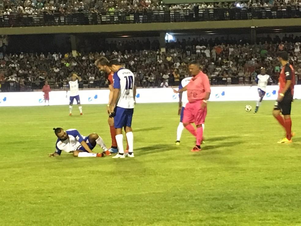 Humorista se feriu durante jogo festivo em Sorocaba realizado pelo jogador Falcão (Foto: Ana Paula Yabiku/G1)