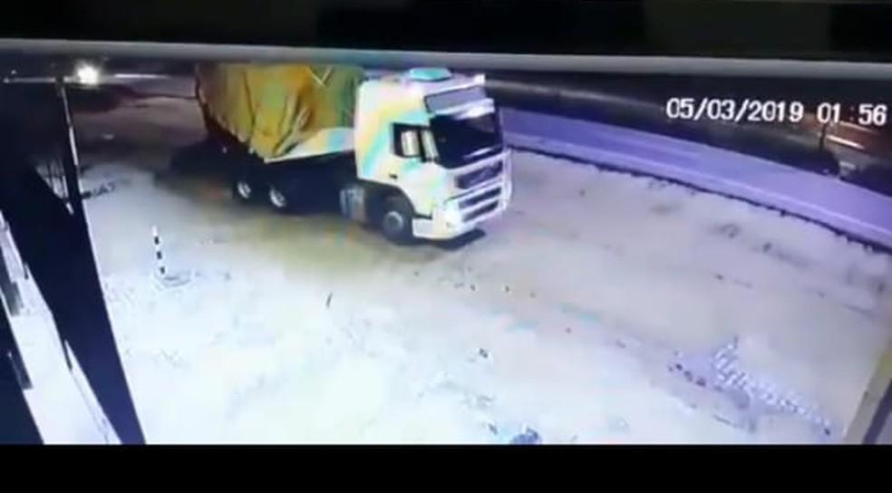 Câmera flagrou caminhão deixando loja carregado de pneus roubados na Grande Natal — Foto: Cedida