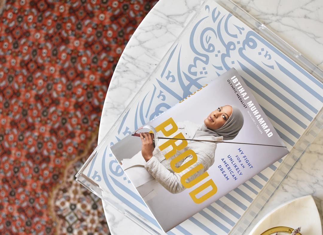 """Livro """"Proud"""" conta a história da esgrimista olímpica Ibtihaj Muhammad (Foto: Reprodução / Instagram)"""