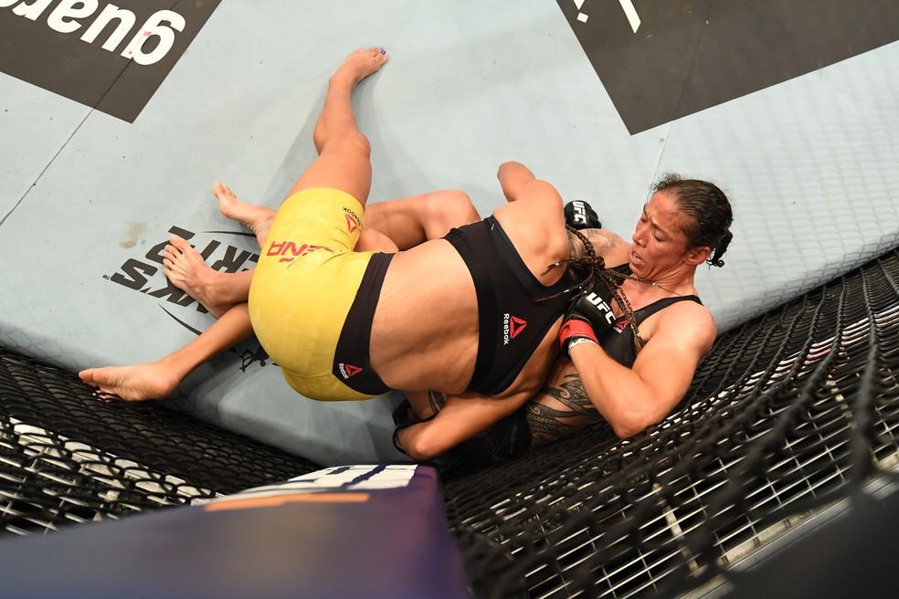 Germaine de Randamie finalizou Julianna Peña com uma guilhotina no UFC Holm x Aldana — Foto: Getty Images