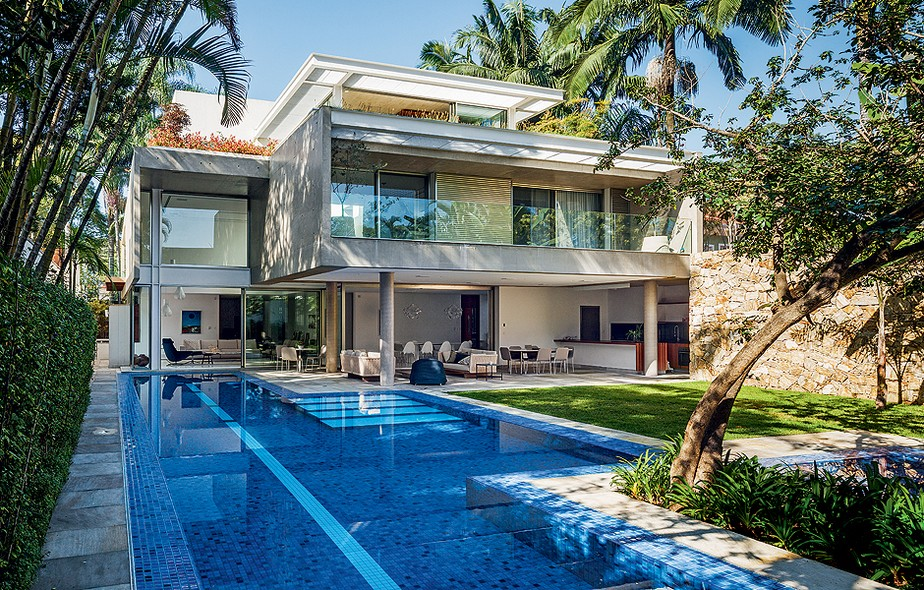 """O desejo dos moradores - um casal e duas filhas adolescentes - era uma casa ampla com a maior área de lazer possível. """"Como eles praticam natação, era importante ter espaço para a piscina com uma raia de 25 metros"""", diz o arquiteto Reinach Mendonça"""